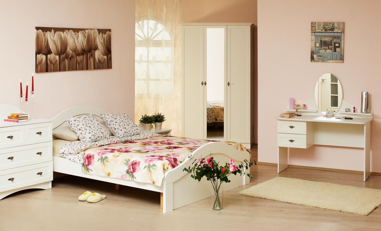 Кремовая мебель в спальне в стиле прованс