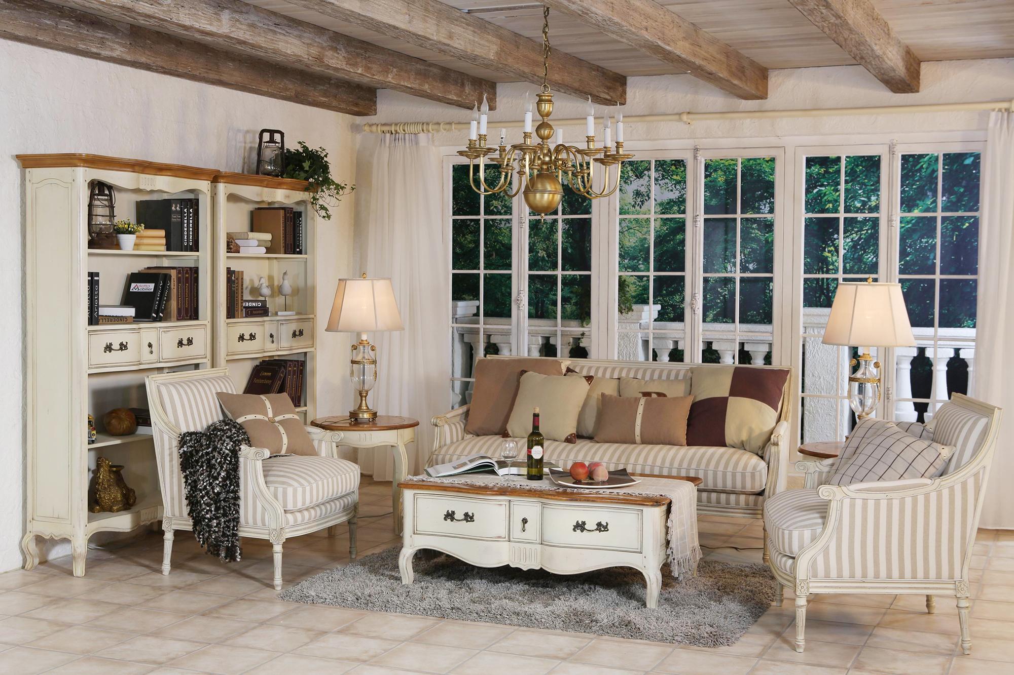 Полосатая мебель в гостиной в стиле прованс