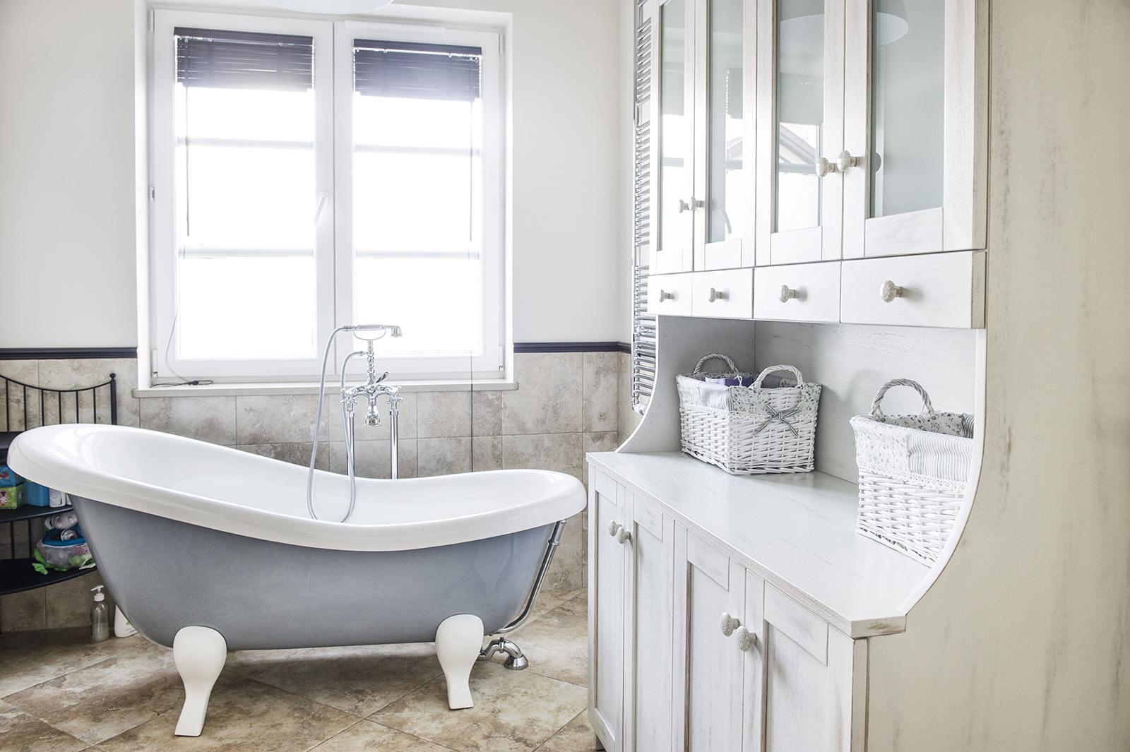 Белый шкаф в ванной в стиле прованс