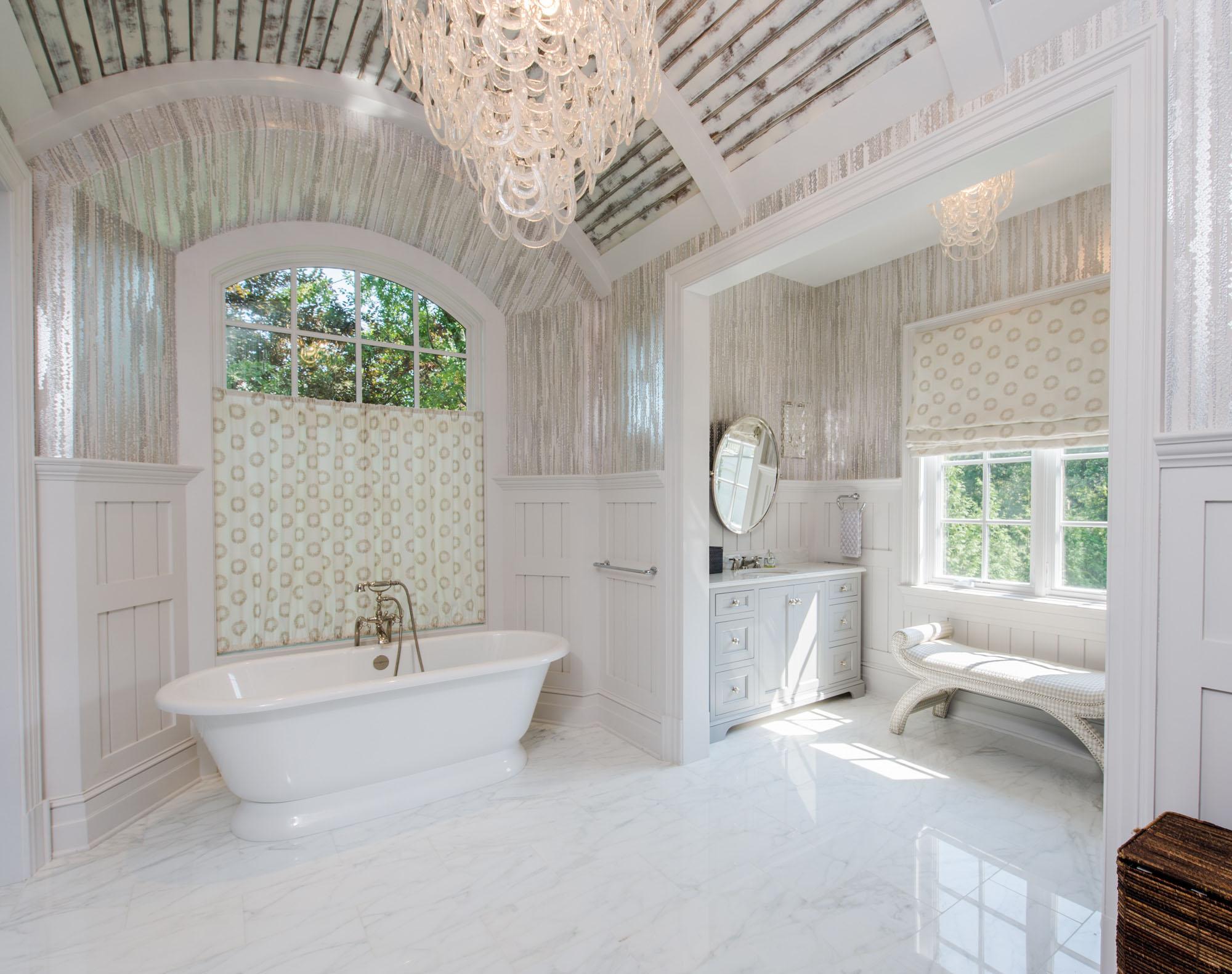 Белый комод и скамья в ванной в стиле прованс