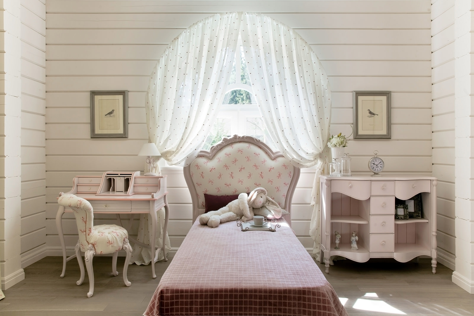 Розовая мебель прованс для детской
