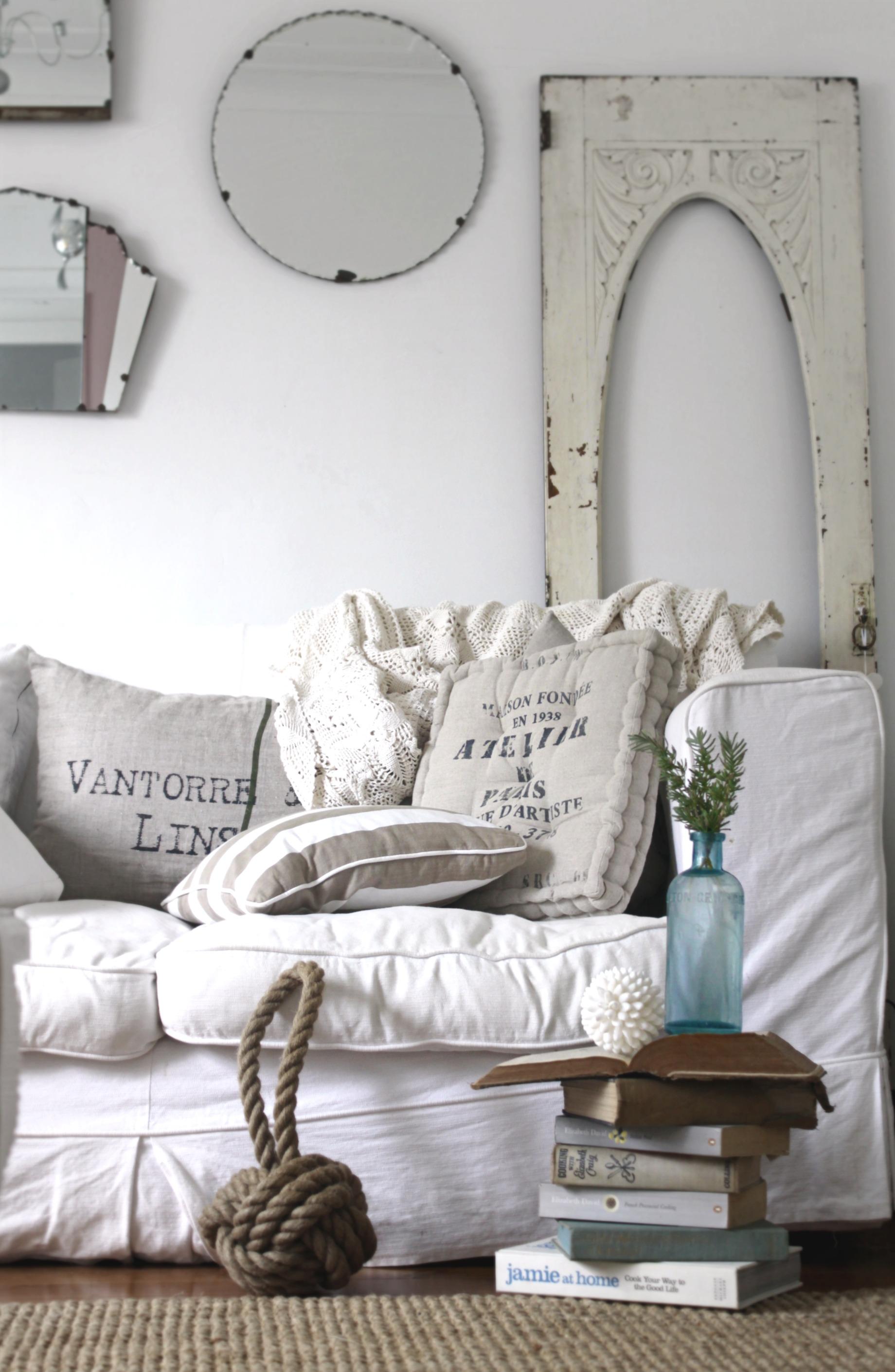 Красивые подушки и зеркала в стиле прованс