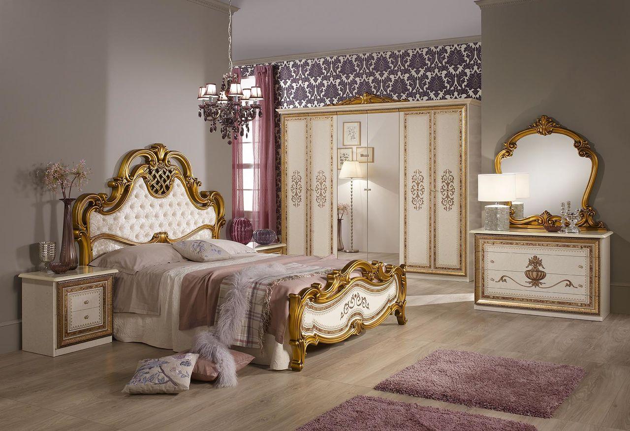 Бежево-золотистая мягкая мебель в классической спальне