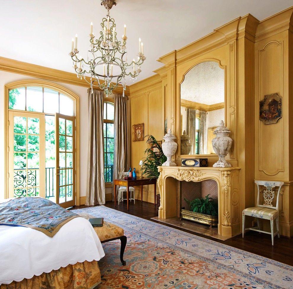 Красивая мягкая мебель в классической спальне