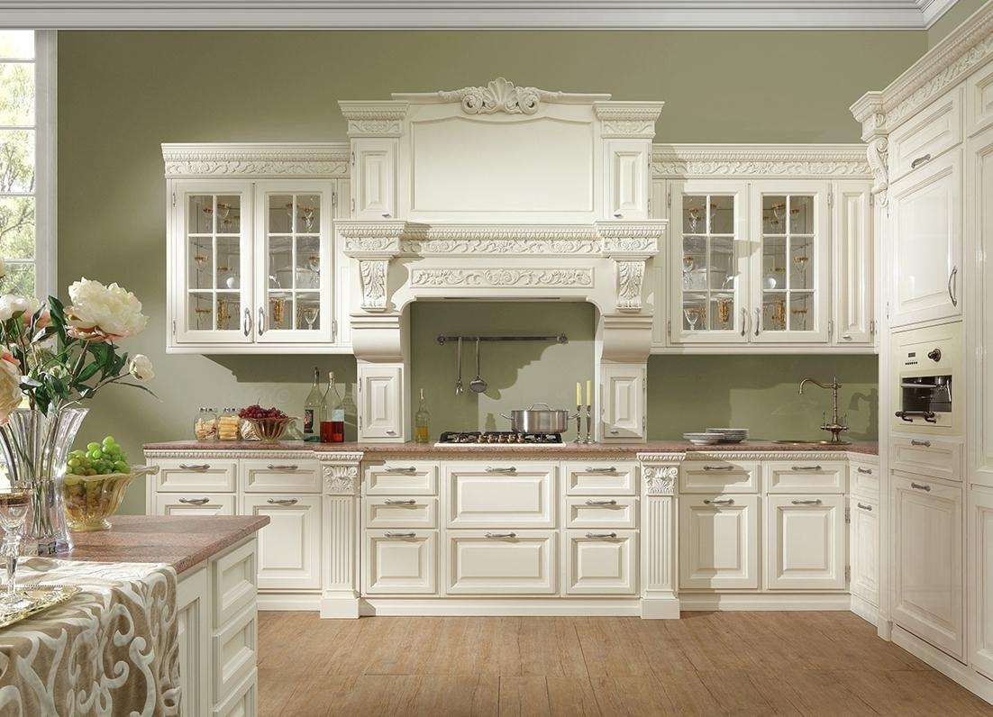Белая корпусная мебель в классической кухне