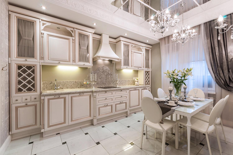 Бело-золотистая мебель на кухне в классическом стиле