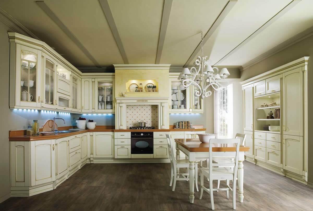 Бело-коричневая мебель на кухне в классическом стиле