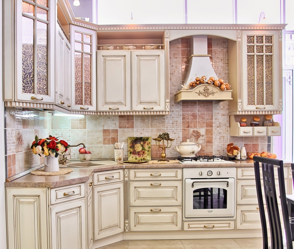 Бежевая и черная мебель на кухне в классическом стиле