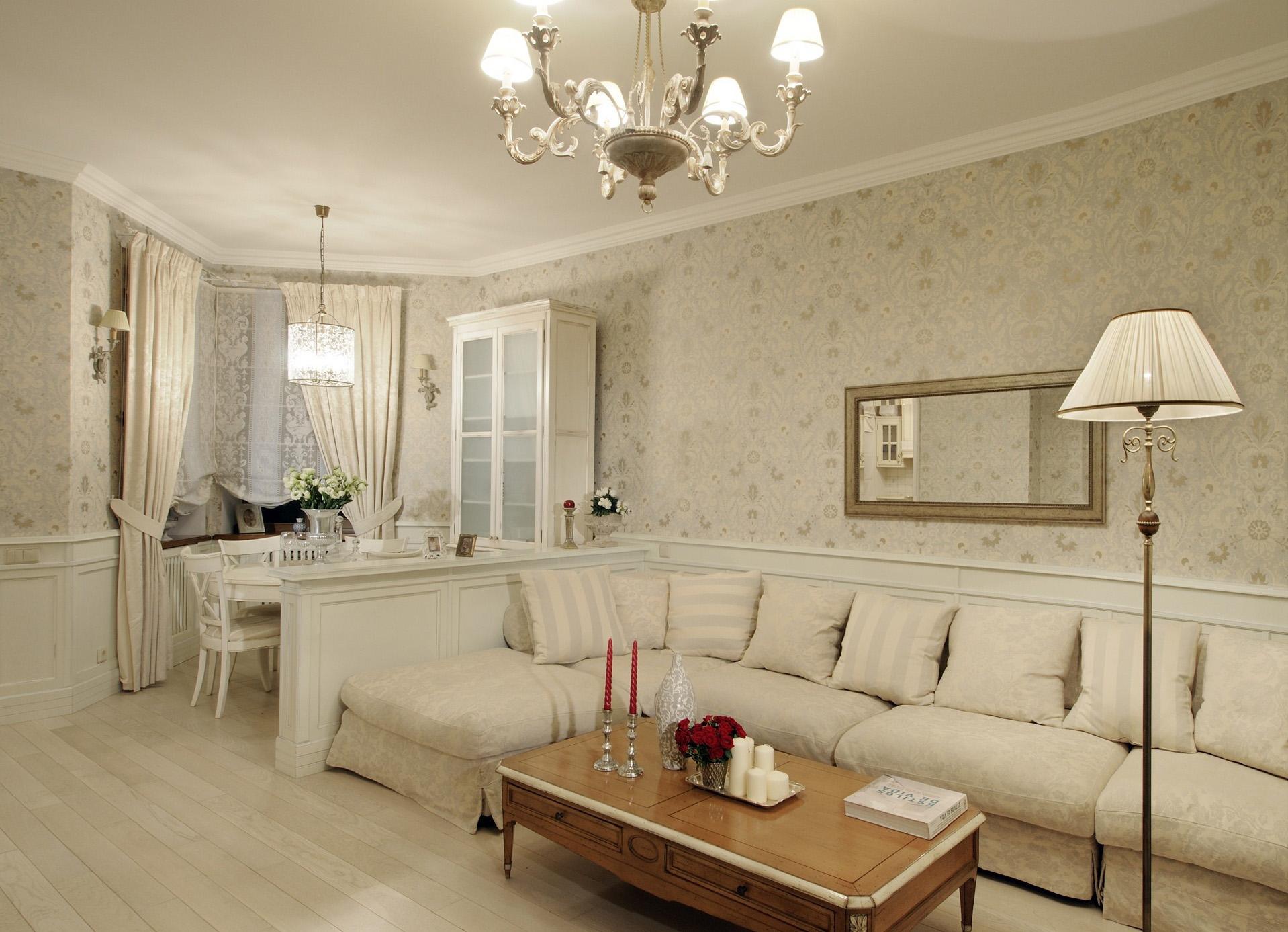 Кремовая мягкая мебель в классической гостиной