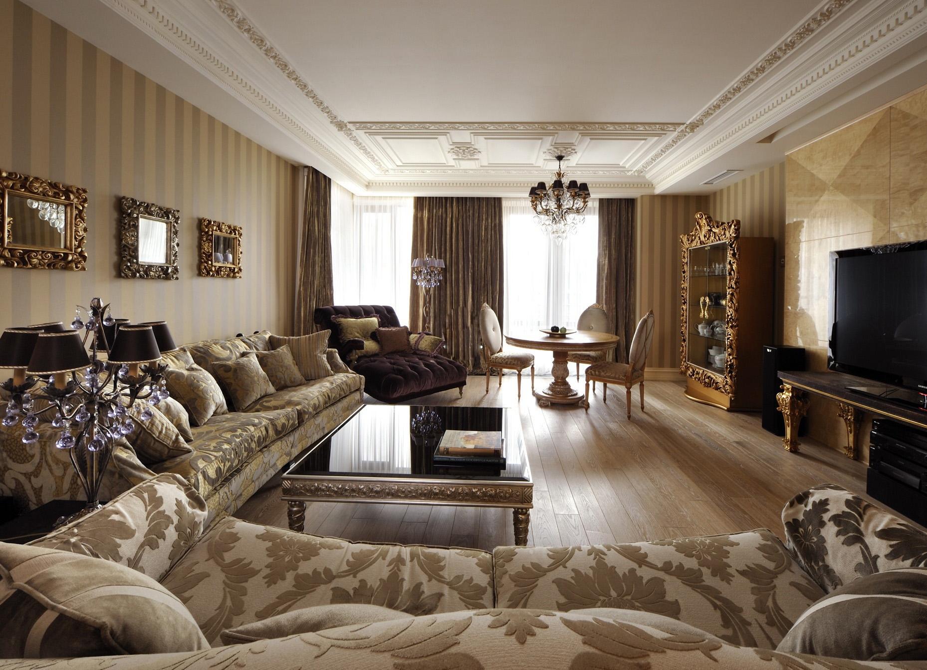 Серо-бежевая мягкая мебель в классической гостиной