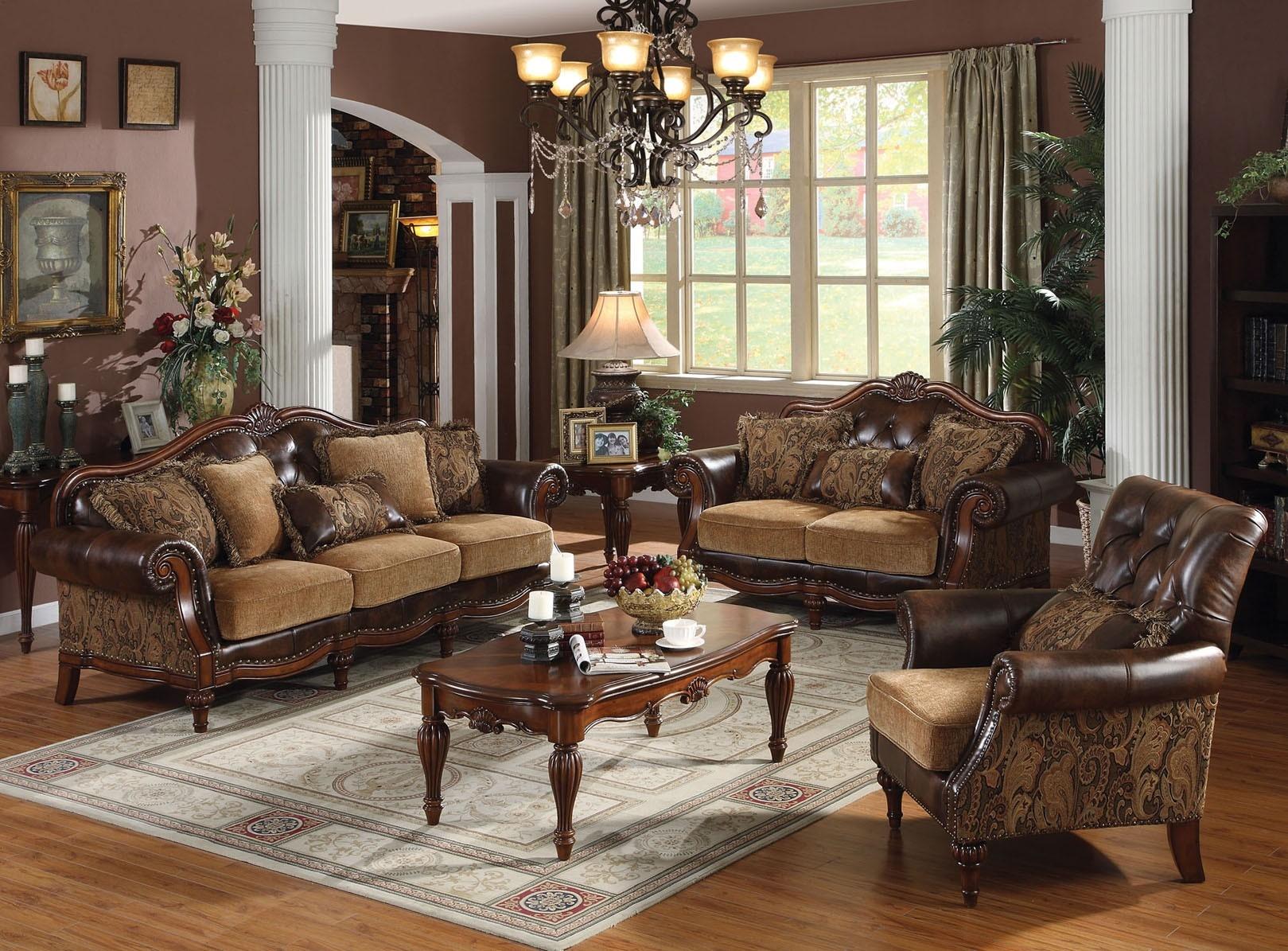 Бежево-коричневая мягкая мебель в классической гостиной