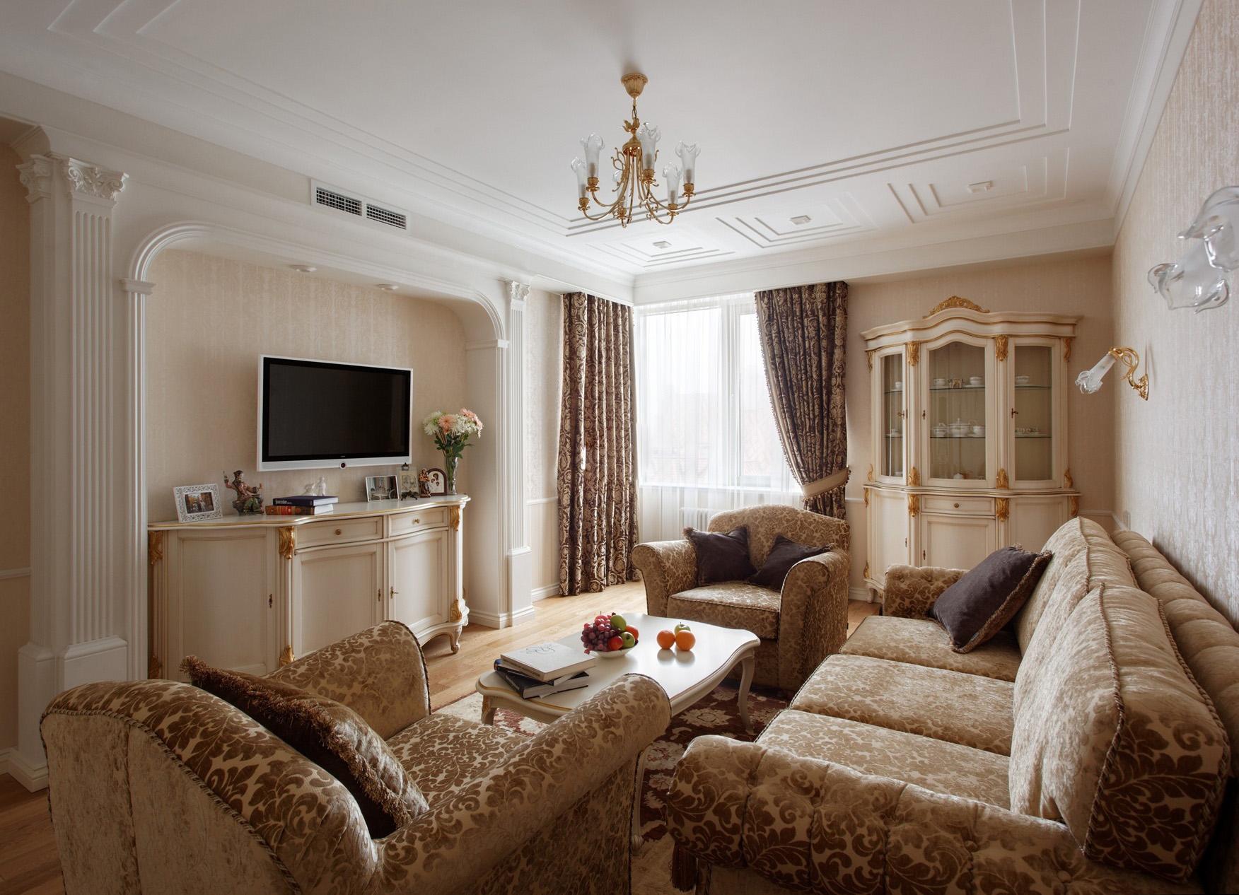 Бежево-золотистая мягкая мебель в классической гостиной