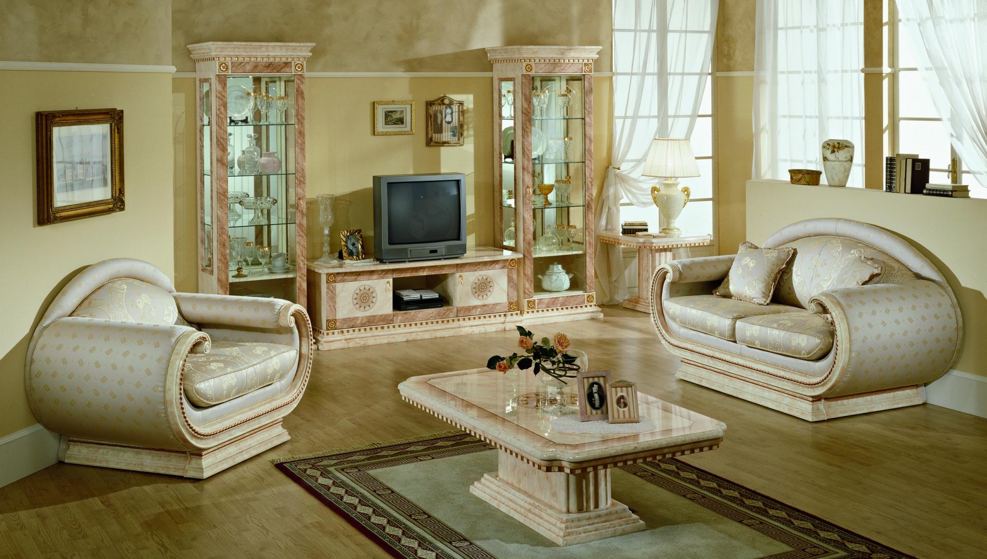 Бело-золотистая мягкая мебель в классической гостиной