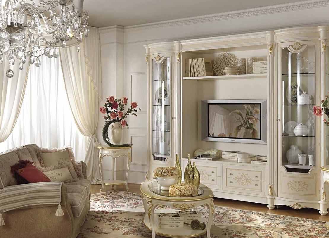 Бело-золотистая мебель в классической гостиной