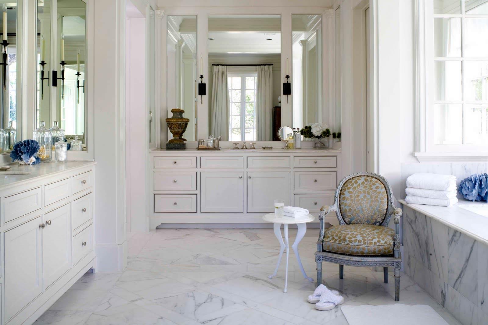 Белая мебель в ванной в классическом стиле