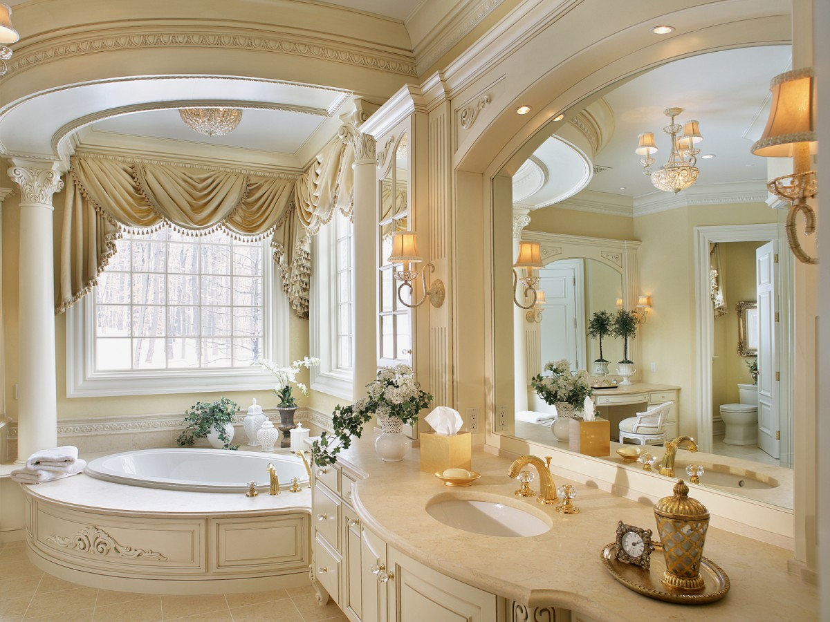 Бежево-белая ванная в классическом стиле