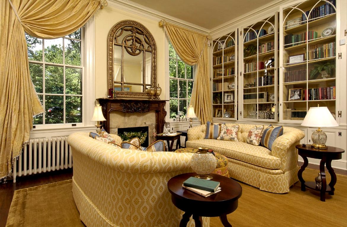 Желто-белые диваны в классическом стиле в гостиной