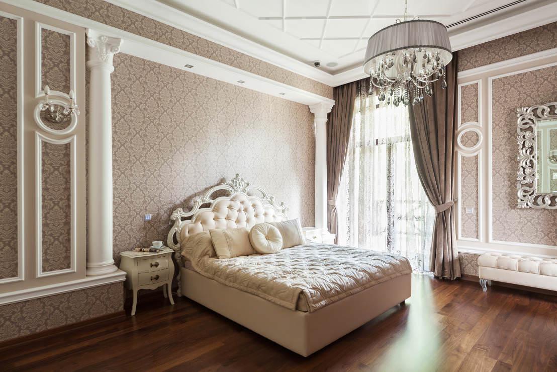 Бело-коричневая классическая спальня