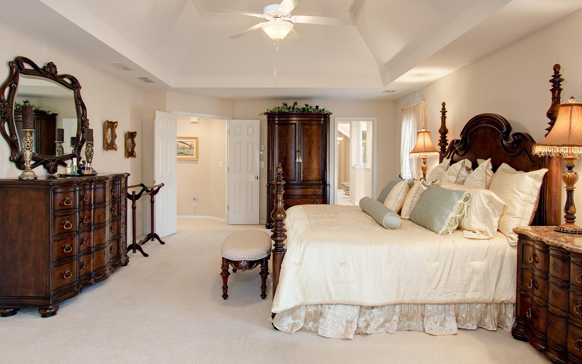 Коричневая мягкая мебель в спальне в классическом стиле