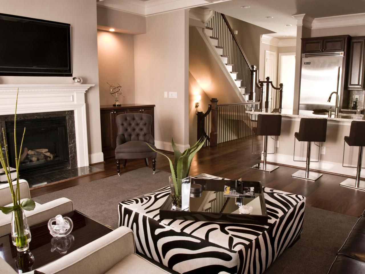 Пуф с принтом зебра в гостиной