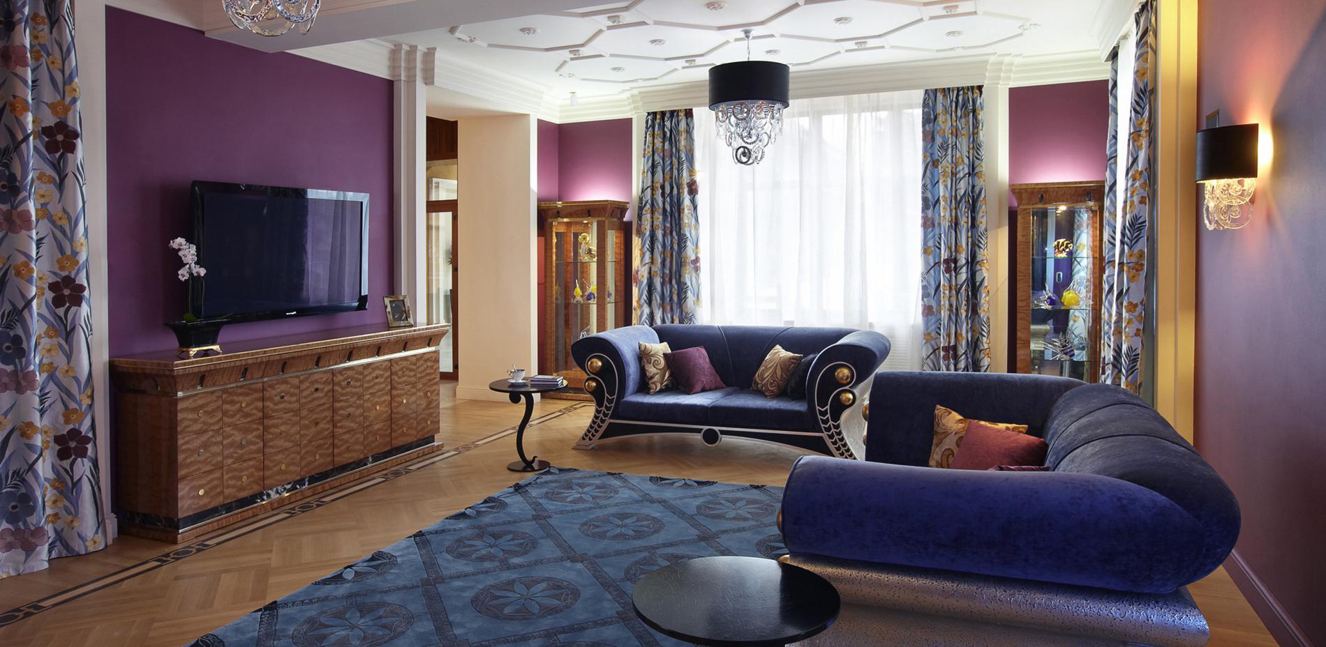 Синие диваны в стиле арт-деко в гостиной