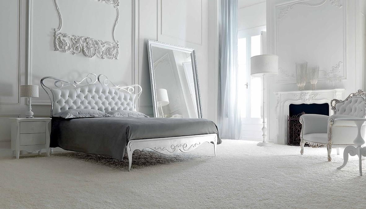 Бело-серебристая мебель в стиле арт-деко в спальне