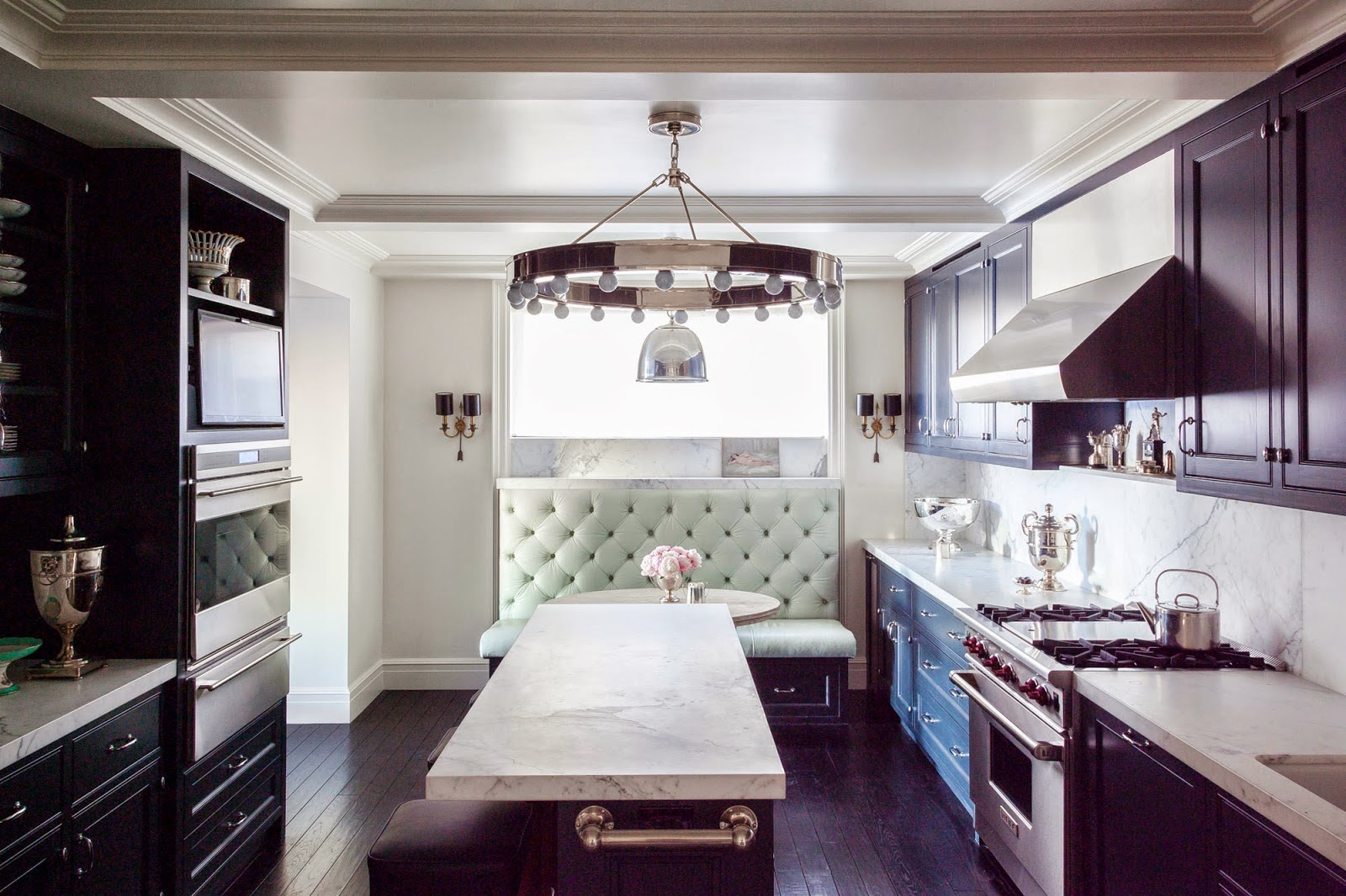 Мятный диванчик в черно-белой кухне