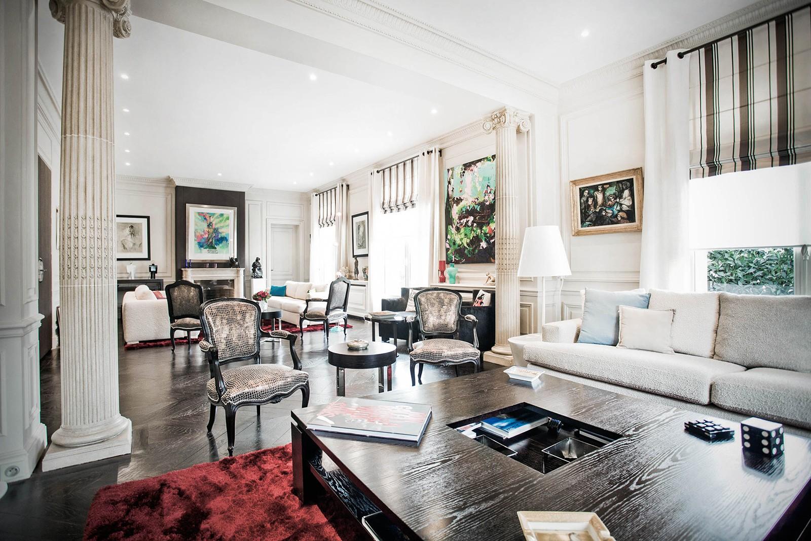 Черная и белая мебель в гостиной в стиле арт-деко