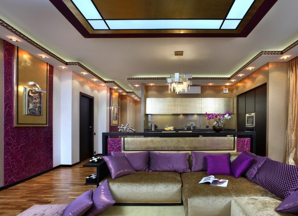 Золотисто-фиолетовая гостиная-кухня