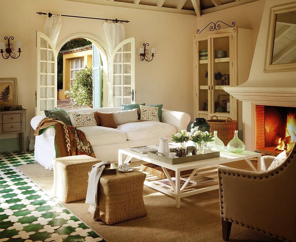 Белая и бежевая мебель в гостиной в стиле кантри