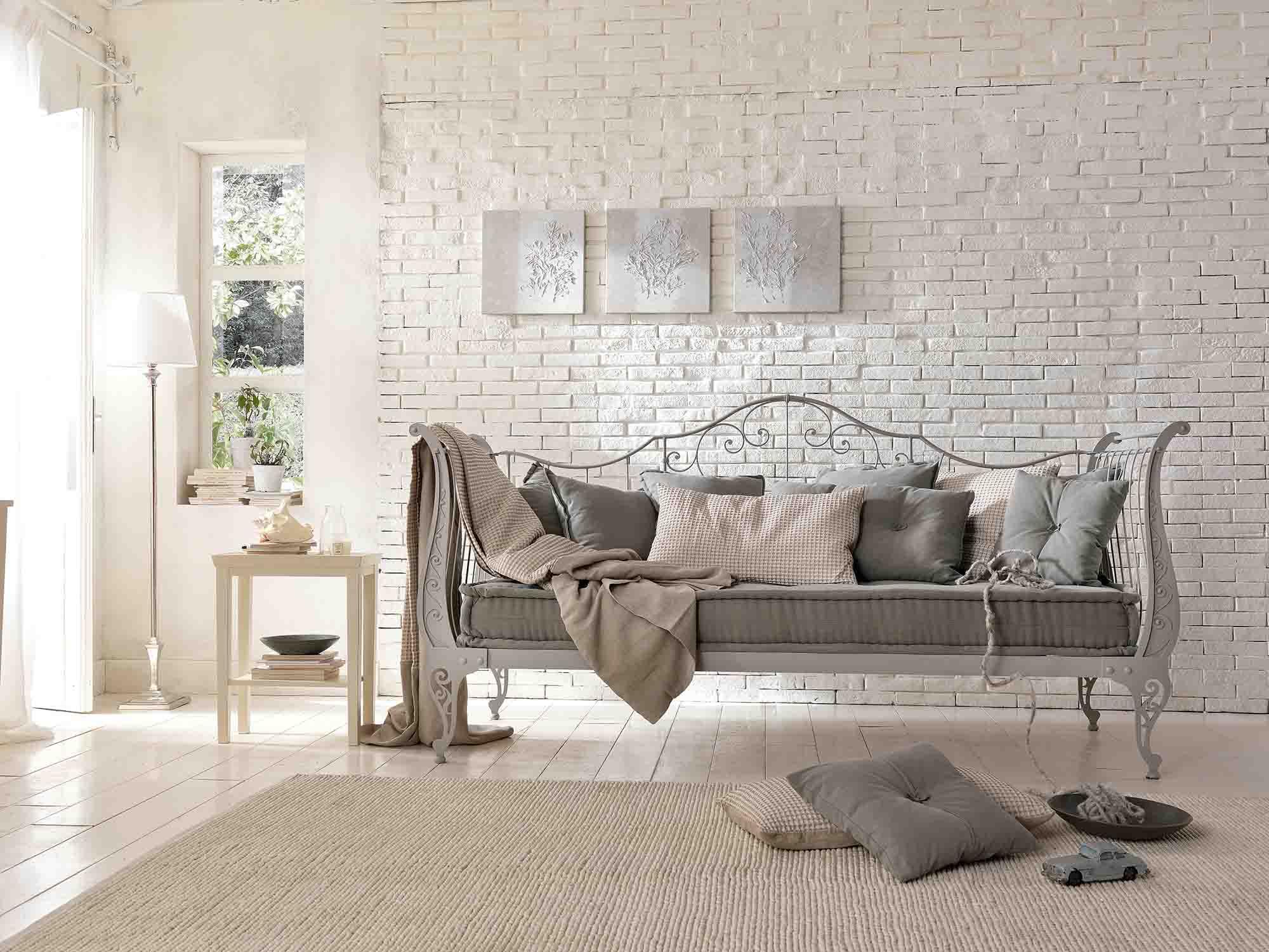 Серый кованый диван в стиле кантри