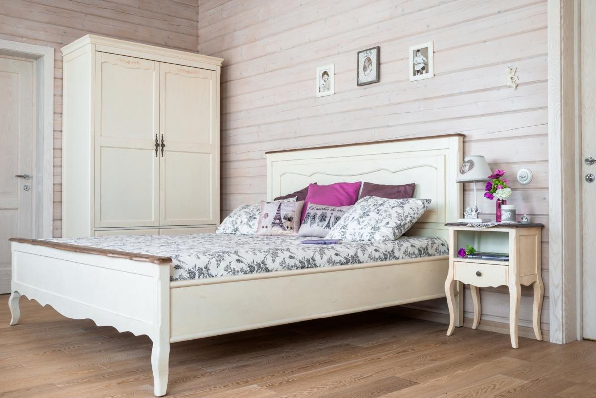 Светло-кремовая мебель в спальне в стиле кантри