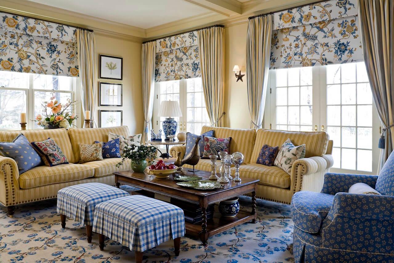 Желтая и синяя мебель в гостиной в стиле кантри
