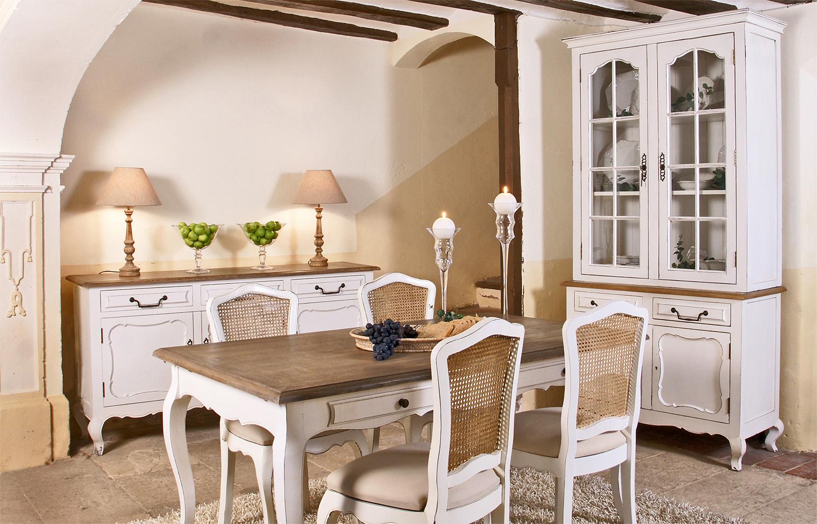 Бело-коричневая мебель для столовой в стиле кантри