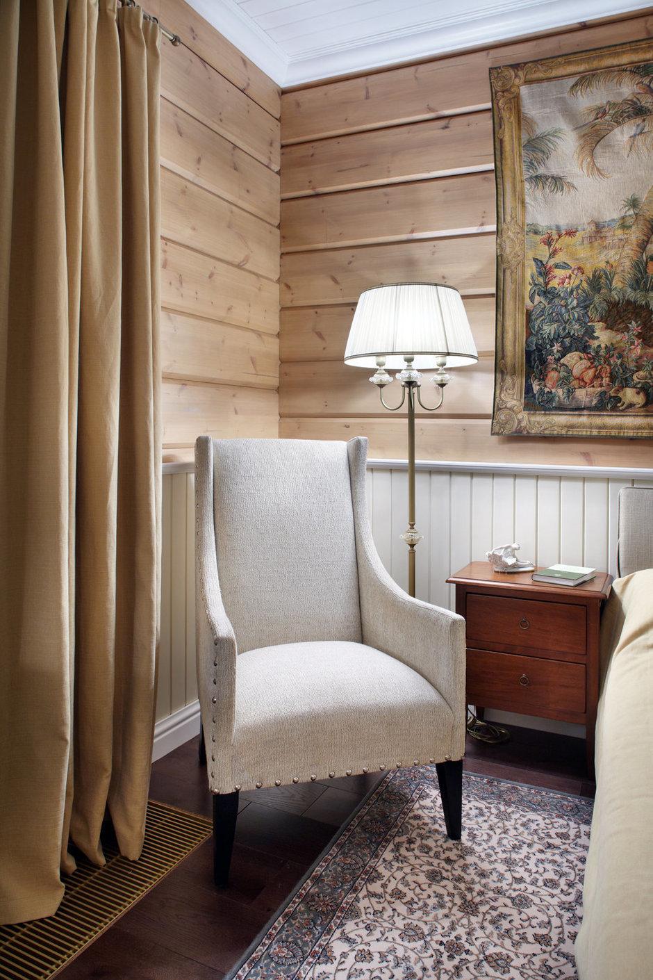 Светлое кресло в стиле кантри