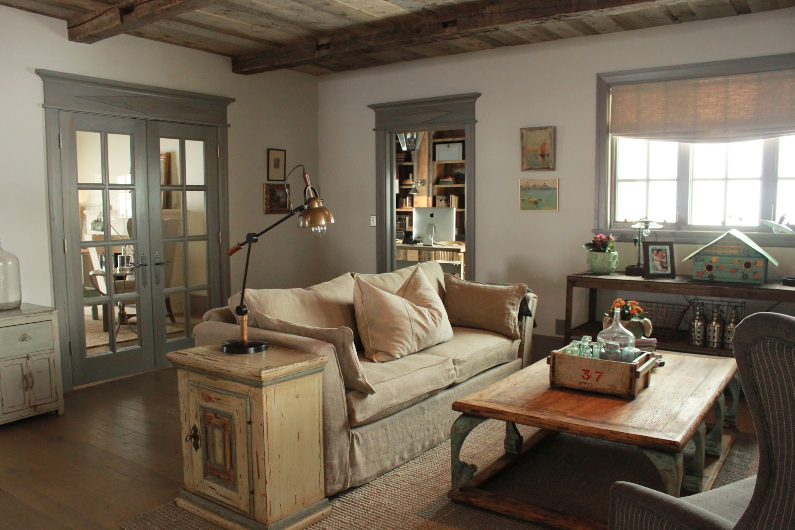 Бежевая и серая мебель для гостиной в стиле кантри