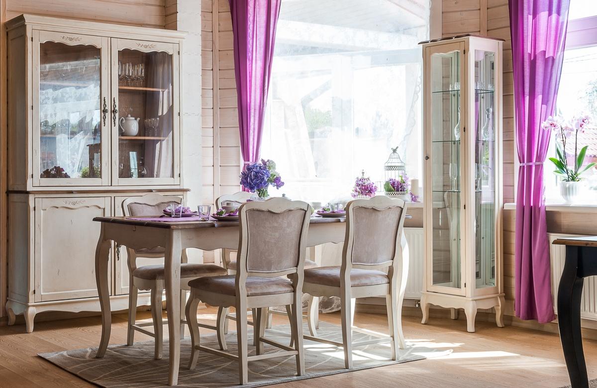 Кремовая мебель для столовой в стиле кантри
