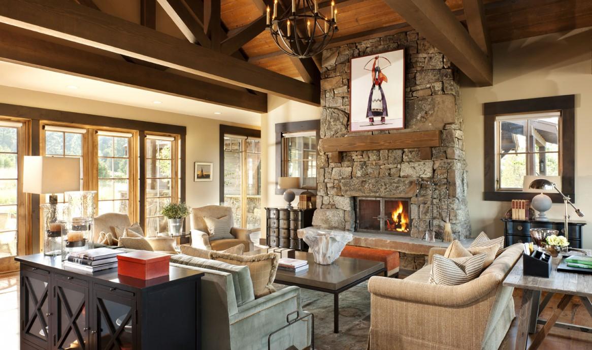 Бежевая и черная мебель в гостиной с камином в стиле кантри