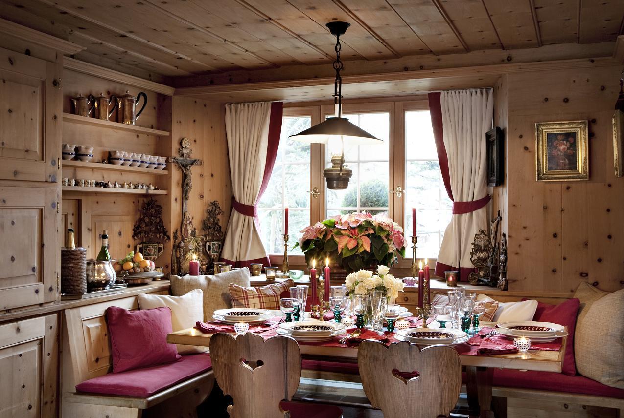 Деревянная мебель в столовой в стиле кантри
