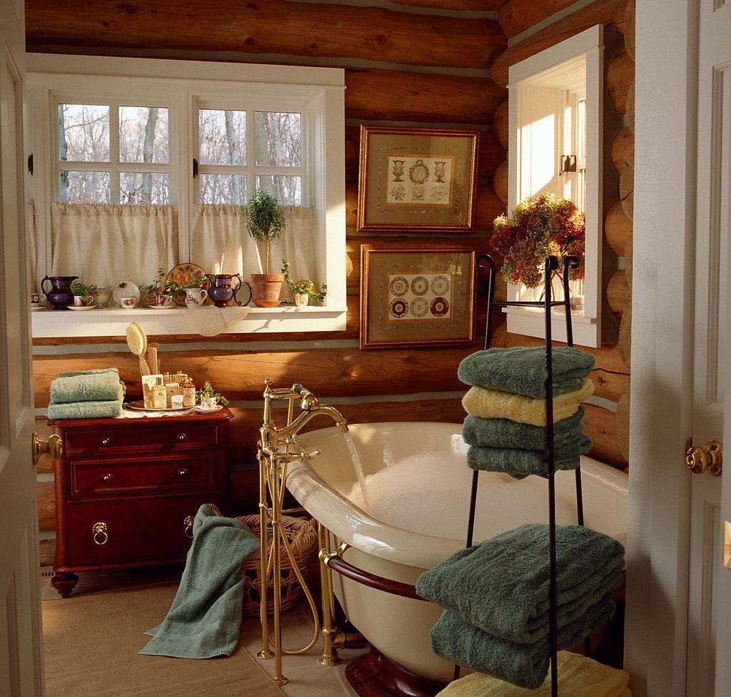 Коричневый комод и красивые аксессуары в ванной в стиле кантри