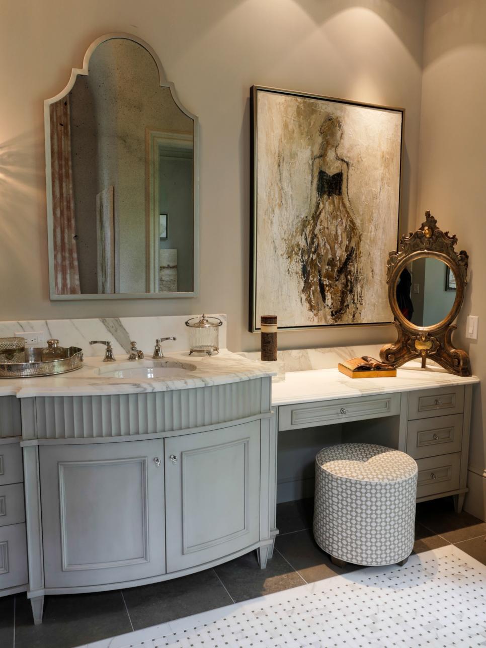 Белая мебель в ванной в стиле кантри