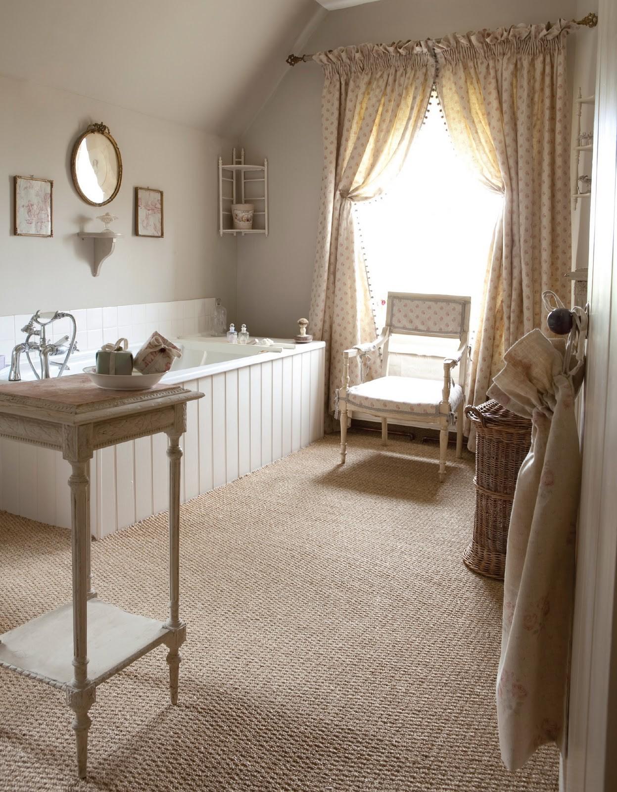 Светлая мебель в ванной в стиле кантри