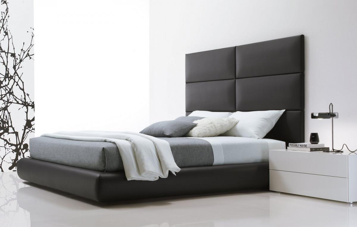 Черная кровать с высоким изголовьем в спальне в стиле минимализм