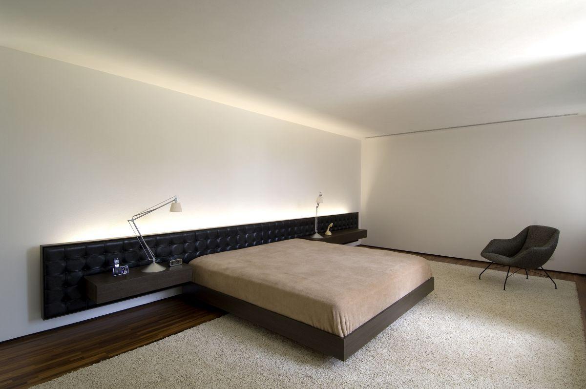 Коричнево-черная мебель в спальне в стиле минимализм