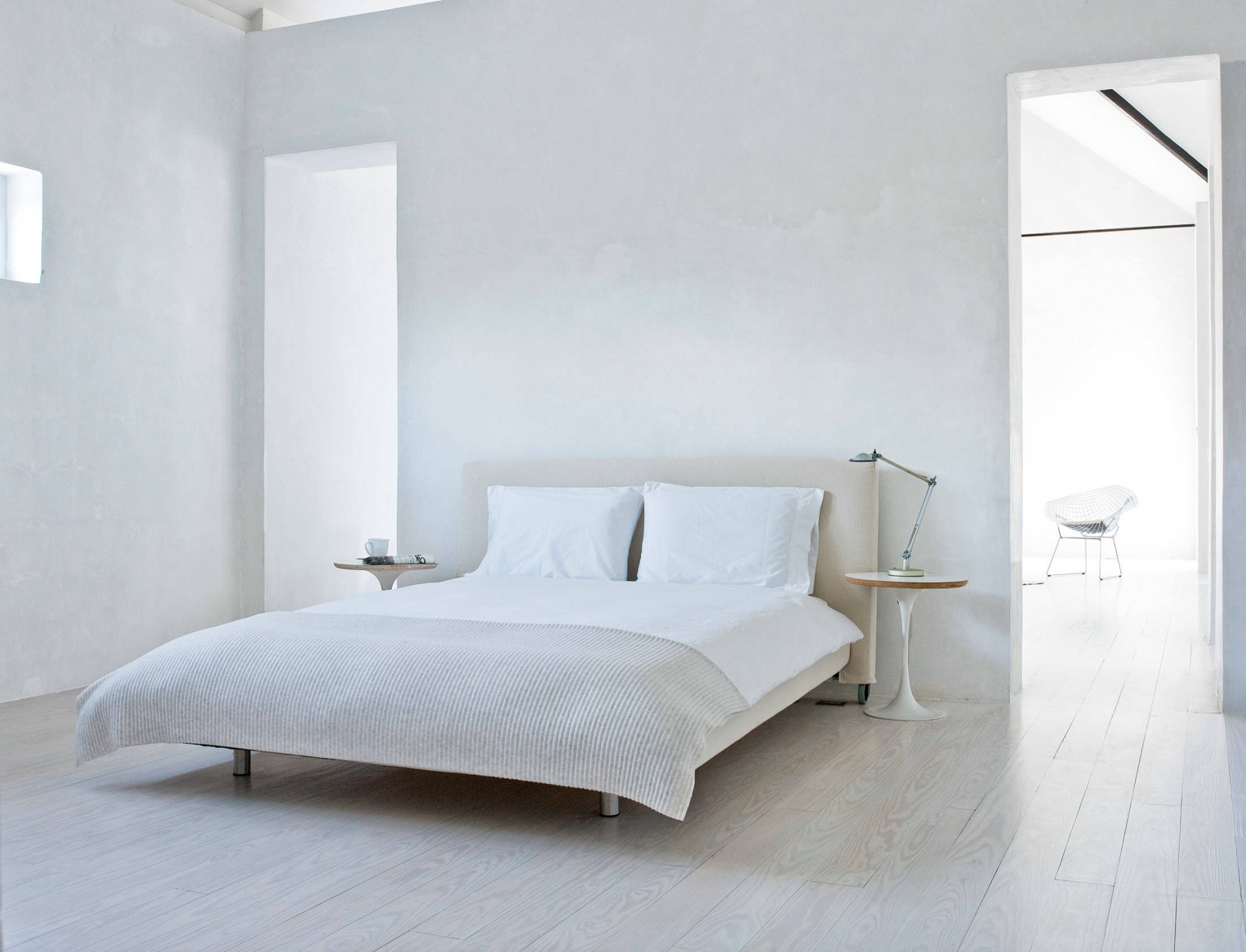 Деревянные прикроватные столики в спальне в стиле минимализм