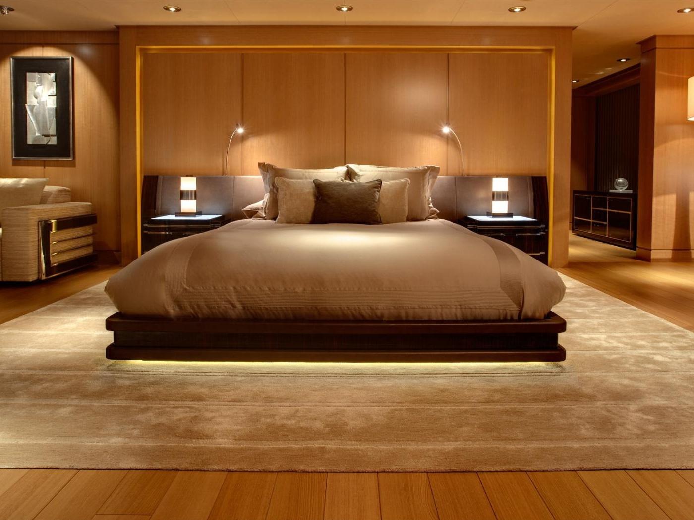 Деревянная мебель в спальне в стиле минимализм