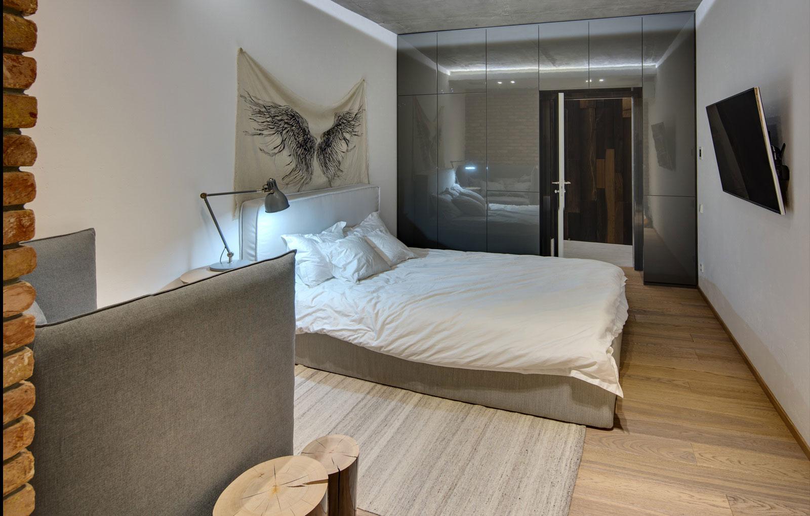 Современная кровать и кресло в стиле минимализм