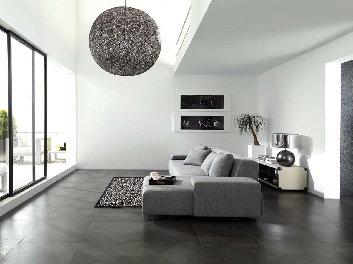 Серый диван в гостиной в стиле минимализм