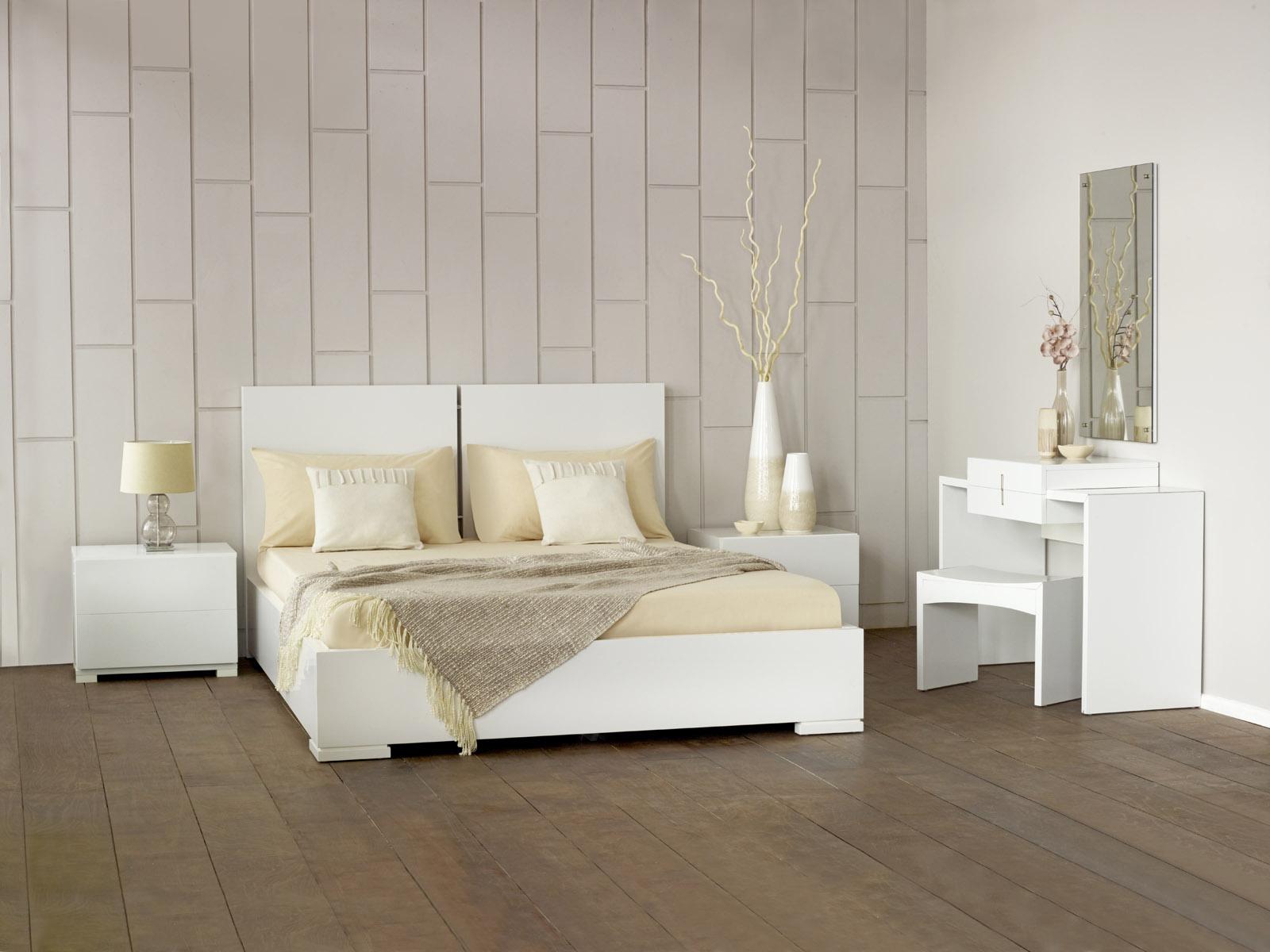 Кровать, тумбы и столик из глянцевого ДСП в стиле минимализм
