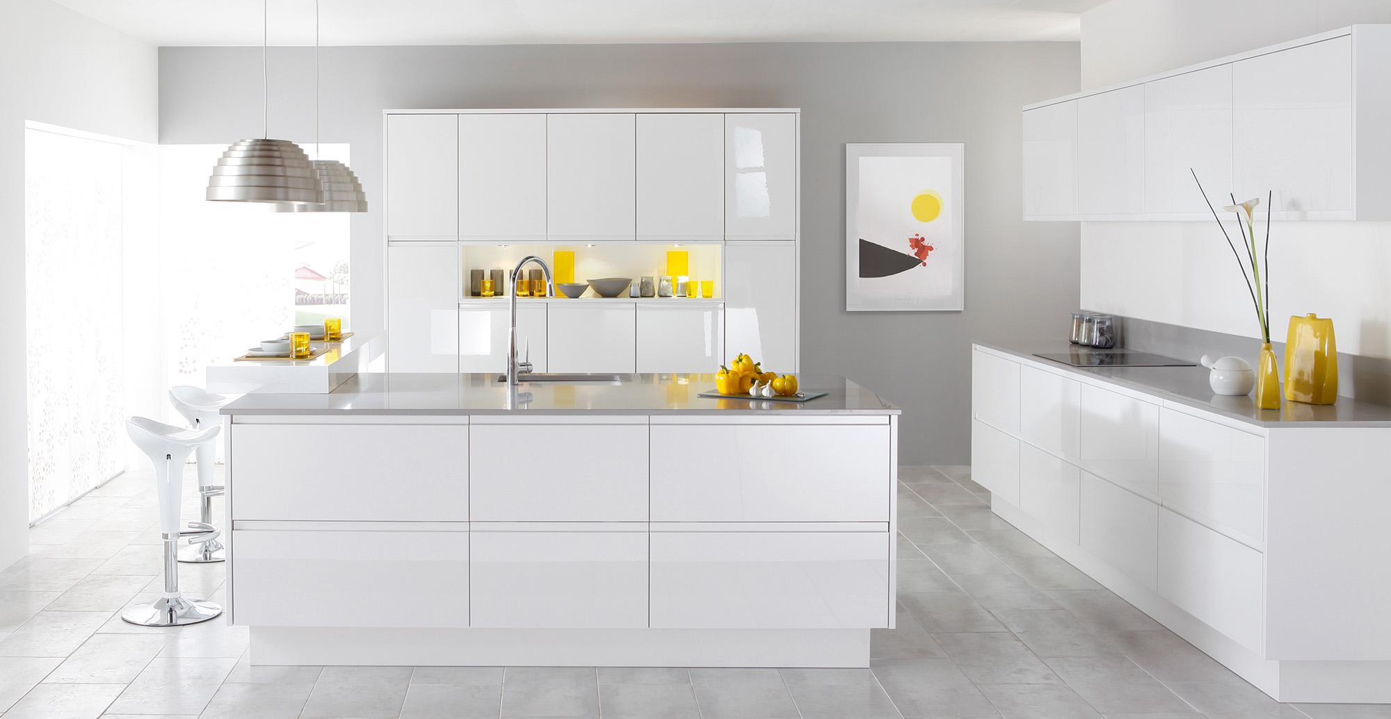 Белый гарнитур на кухне с островом в стиле минимализм